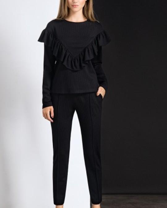 Черные брюки и блуза с воланами Beauty